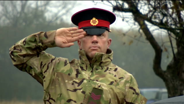 """hundreds attend funeral of world war two veteran harold jellicoe percival; england: lancashire: lytham st annes: ext soldier saluting as """"the last... - リザムセントアンズ点の映像素材/bロール"""