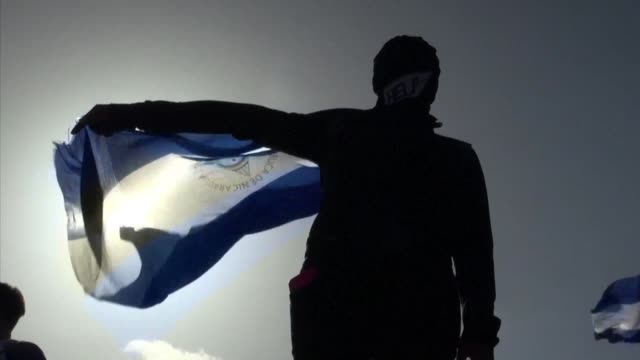 stockvideo's en b-roll-footage met hundreds demonstrate against nicaraguan president daniel ortega in the latest anti government protest to hit managua - managua