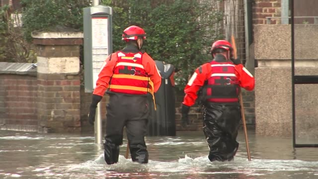 hundreds evacuated due to stoke newington flood joe mckenna interview sot cutaway firefighters up worker away towards thames water van int general... - itv london tonight weekend点の映像素材/bロール