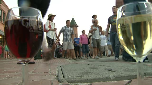 vídeos de stock e filmes b-roll de hundreds gathered for grape fest to sample dozens of wines from several texas wineries crowd at grape fest with wine glasses on september 14 2013 in... - balde de gelo