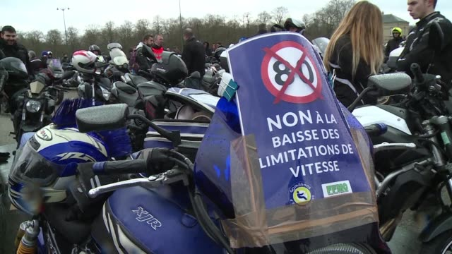 Hundreds of angry bikers supported by car drivers protested Saturday in Paris to oppose the government proposal of limiting non principal roads to 80...