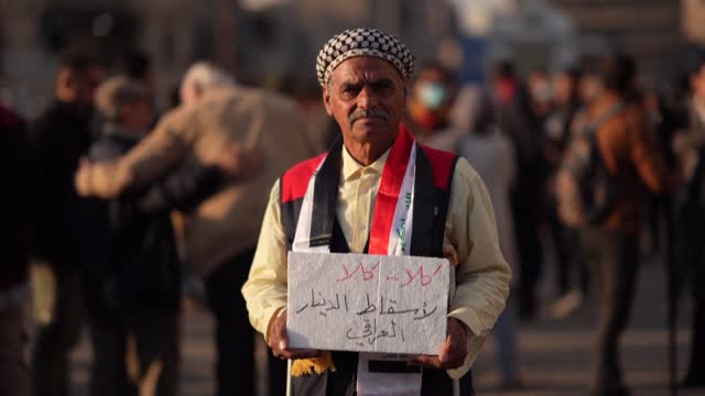 vídeos y material grabado en eventos de stock de hundreds of angry iraqis protest in several cities against a currency devaluation that has slashed their purchasing power amid a pandemic-fuelled... - devaluation