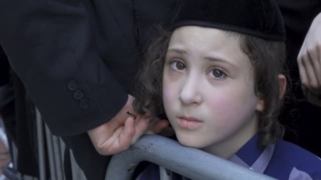 stockvideo's en b-roll-footage met hundreds of anti – zionist orthodox jews gathered across the street from the consulate general of israel to protest the israeli draft law and the... - orthodox jodendom