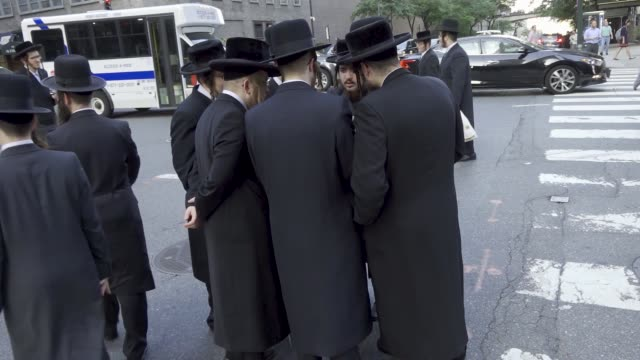 stockvideo's en b-roll-footage met hundreds of anti – zionist orthodox jews gathered across the street from the consulate general of israel to protest the israeli draft law and the... - in dienst gaan