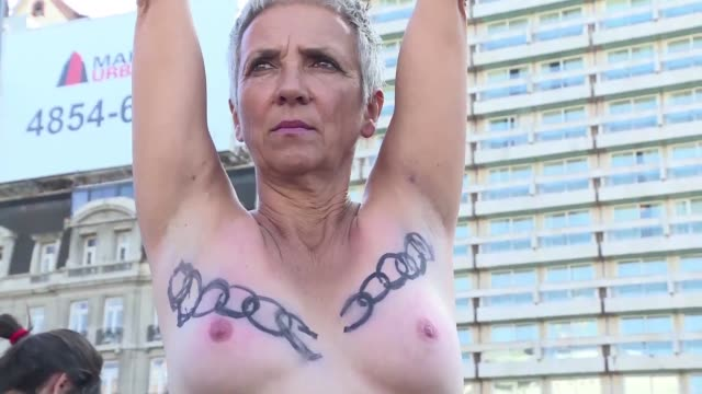 vídeos de stock, filmes e b-roll de hundreds of argentine women manifested in buenos aires in a free nipple movement during which they showed their breasts after the controversial... - mamilo
