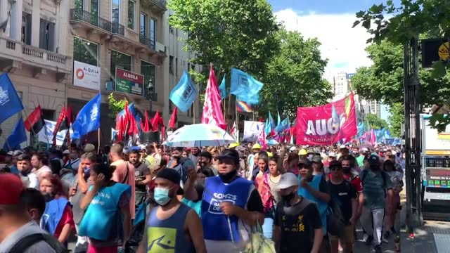vidéos et rushes de hundreds of argentinians take to the streets on november 17, 2020 to show support to the government of president alberto fernandez. protesters... - debt