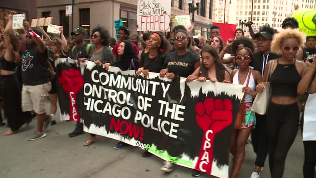wgn hundreds of black lives matter protesters marching in downtown chicago on july 11 2016 - sprechgesang stock-videos und b-roll-filmmaterial