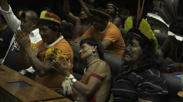 hundreds of brazilian indigenous people participate in a session in congress consecrated to indian day amid an ongoing protest against a bill that... - minoranza video stock e b–roll