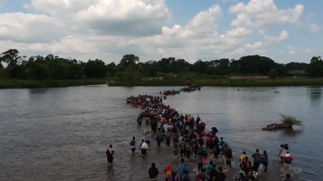 stockvideo's en b-roll-footage met hundreds of central american migrants mainly from a caravan that came from el salvador cross the suchiate border river between guatemala and mexico... - grens