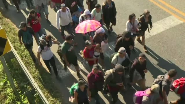vídeos de stock e filmes b-roll de hundreds of central american migrants make their way in mexico after crossing the suchiate river on the border with guatemala forming a column and... - chiapas