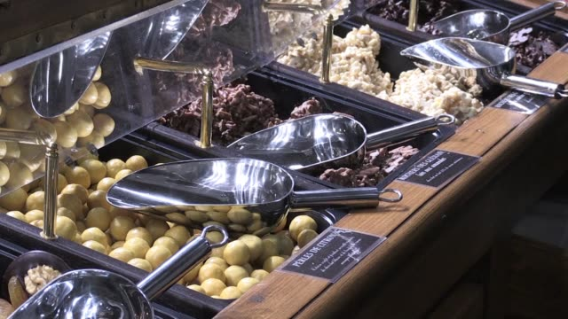 stockvideo's en b-roll-footage met hundreds of chocolate aficionados flock to the paris chocolate fair for a chance to taste samples and discover new cocoa innovations - clean