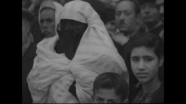 vidéos et rushes de vs hundreds of civilians in western and arab clothing line road as military parade passes / vs foot soldiers march with rifles and bayonets officers... - baïonnette