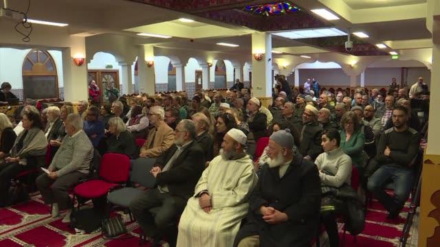 vídeos de stock e filmes b-roll de hundreds of dutch citizens meet at an amsterdam mosque to show solidarity with the country's muslim population as an antiislam mp again vows to shut... - votos matrimoniais