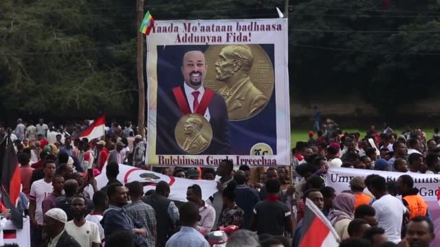 hundreds of ethiopians wave national flags and hold posters of prime minister abiy ahmed to celebrate him winning the 2019 nobel peace prize on... - horn von afrika stock-videos und b-roll-filmmaterial