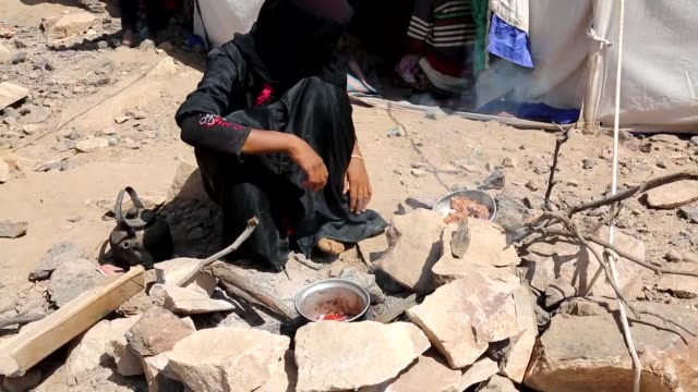 hundreds of families fleeing yemeni civil war try to survive in flimsy tents without having any kind of accomodation and health services in almaafir... - bürgerkrieg stock-videos und b-roll-filmmaterial