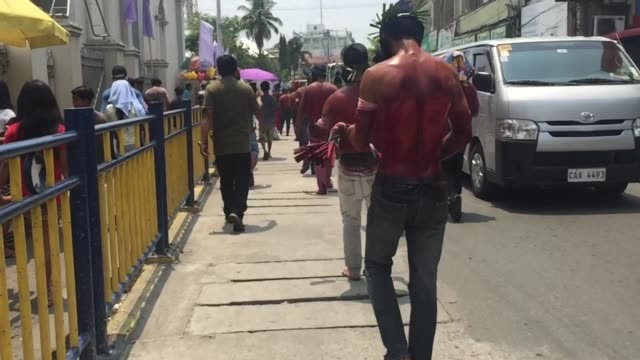 hundreds of filipino devotees in san fernando, pampanga performs the brutal ritual of self-flagellation on maundy thursday as their act of penance. - 四旬節点の映像素材/bロール