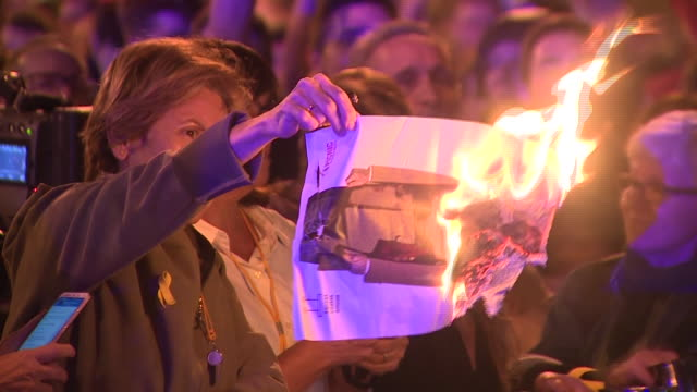 vídeos de stock e filmes b-roll de hundreds of independents protest against the presence of the spanish royal family in barcelona burning portraits of king felipe of spain king felipe... - princesa
