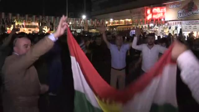 vídeos de stock, filmes e b-roll de hundreds of iraqi kurds were celebrating the referendum in arbil on monday after the polls closed with dances in the street fireworks and kurdish... - curdo