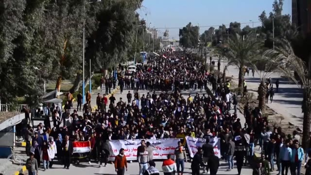 vídeos de stock e filmes b-roll de hundreds of iraqi students protest in the central city of najaf refusing to attend courses in universities until the election of a new prime minister... - najaf
