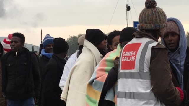 vidéos et rushes de hundreds of migrants wait for buses on october 26, 2016 in calais, france. demolition work continues at the calais 'jungle' migrant camp which is... - lieux géographiques