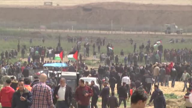 hundreds of palestinians began to converge on the gazaisrael buffer zone on saturday to take part in mass rallies marking the first anniversary of... - 後を追う点の映像素材/bロール