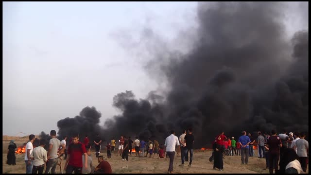 hundreds of palestinians converge along the gazaisrael security fence on august 31 2018 to take part in ongoing rallies against israel's decadeslong... - barriera video stock e b–roll