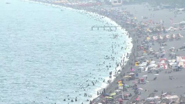 hundreds of people descended on a beach in turkey's mediterranean province of antalya on august 03, 2020 on the last day of eid al-adha as... - turkiet bildbanksvideor och videomaterial från bakom kulisserna