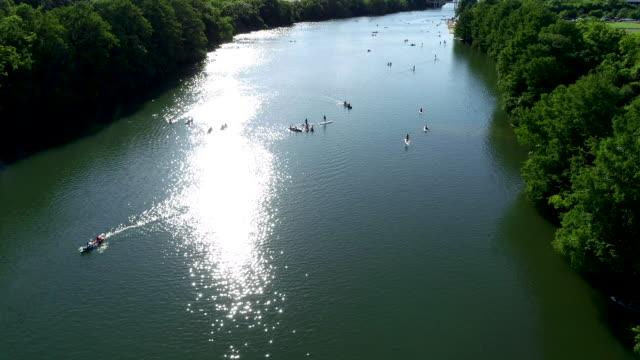 vídeos de stock e filmes b-roll de hundreds of people enjoying the summer on town lake of austin , texas - town