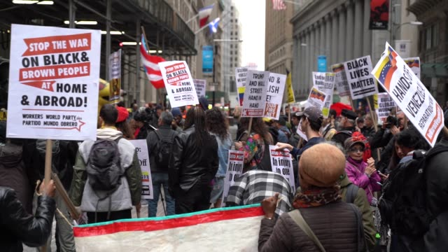 vídeos de stock e filmes b-roll de hundreds of people gather at wall street to mark the may day, international workers' day in new york, united states on may 01, 2019. - dia do trabalhador
