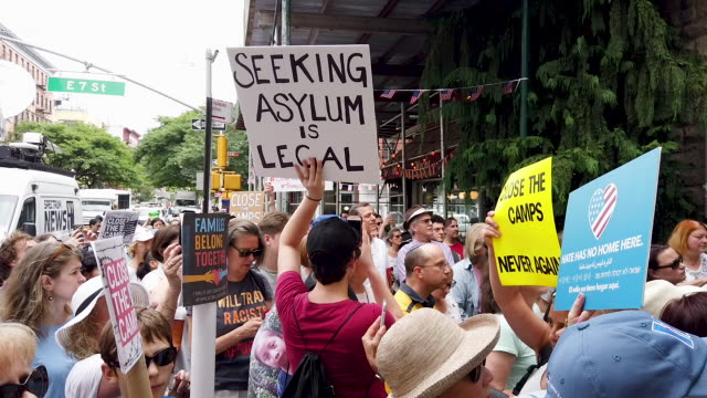 vídeos de stock, filmes e b-roll de hundreds of people gather in new york city to protest migrant detention facilities on july 02 2019 in new york city across the country tens of... - elemento de desenho