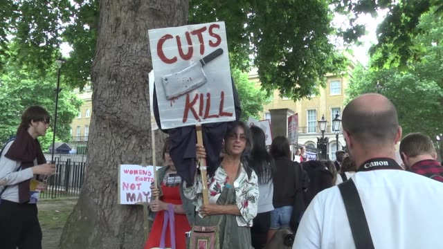 hundreds of people gather outside downing street to protest against the proposed deal between the conservative party and the dup in london, england... - democratic unionist party 個影片檔及 b 捲影像