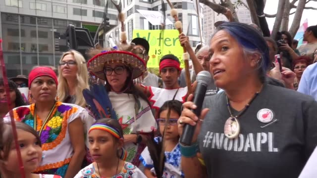 vidéos et rushes de hundreds of people gathered to demonstrate against the proposed dakota access pipeline outside the offices of the army corps of engineers november 15... - culture des indiens d'amérique du nord