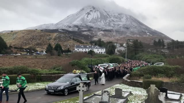 vídeos y material grabado en eventos de stock de hundreds of people have attended the first of four back-to-back funerals for a group of men killed in a road crash in donegal. micheal roarty was one... - provincia de ulster
