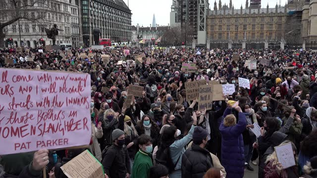 stockvideo's en b-roll-footage met hundreds of people ignore coronavirus restrictions and gather on parliament square on a protest organised by sisters uncut on march 14, 2021 in... - greater london