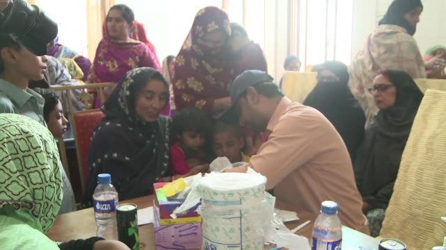 hundreds of people in a village in southern pakistan have allegedly been infected with hiv by a doctor using a contaminated syringe - retrovirus video stock e b–roll