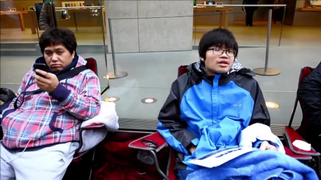 stockvideo's en b-roll-footage met hundreds of people queue in sydney are among the first in the world to get their hands on the new apple iphone 6 models with the large screen... - telefoonhoorn