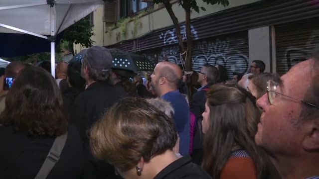 hundreds of people start gathering at polling stations in catalonia to vote in an independence referendum banned by madrid - catalogna video stock e b–roll