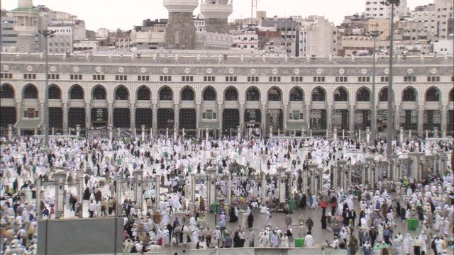 Hundreds of pilgrims gather in front of the Grand Mosque.
