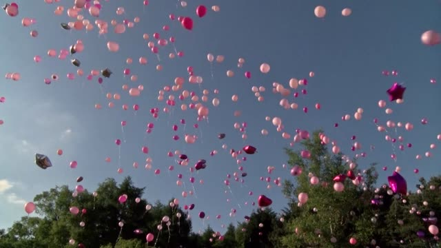 hundreds of pink balloons are released into the manchester sky in memory of the victims of a suicide bombing that killed 22 people and injured 116 - rilasciare video stock e b–roll