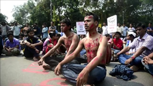 hundreds of protesters gather in dhaka to denounce the murder of a prominent american blogger of bangladeshi origin hacked to death with machetes... - indischer subkontinent abstammung stock-videos und b-roll-filmmaterial