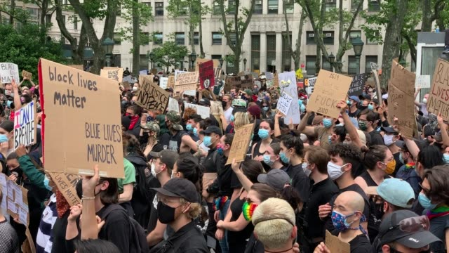 hundreds of protesters gather in new york city to protest the recent death of george floyd, an african american man who killed after a police officer... - ひざまずく点の映像素材/bロール