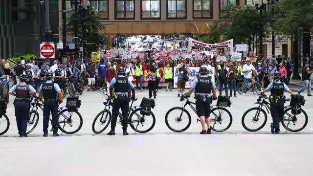 """vidéos et rushes de hundreds of protesters march from federal plaza to trump tower during a rally called """"solidarity against white supremacy"""" to denounce white supremacy... - charlottesville"""