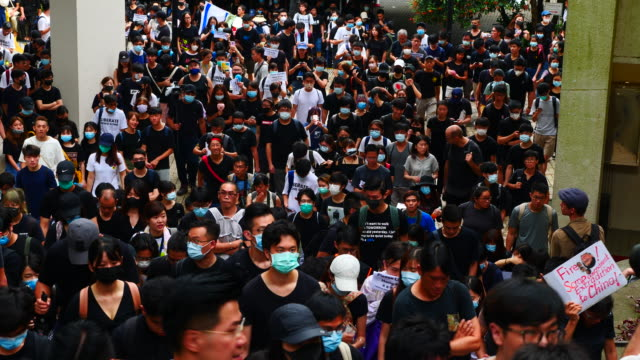 vidéos et rushes de hundreds of protesters petitioning one foreign consulate after another ahead of the g20 summit in osaka this weekend. 1500 people wanted to draw... - défiler