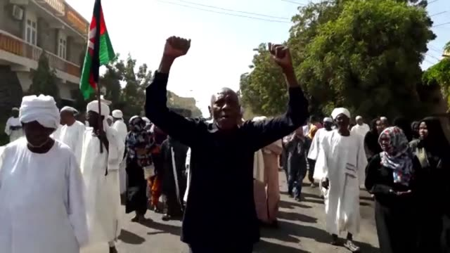 vídeos de stock, filmes e b-roll de hundreds of protesters take to the streets of omdurman as demonstrators launched simultaneous rallies in several sudanese cities and towns calling on... - sudão