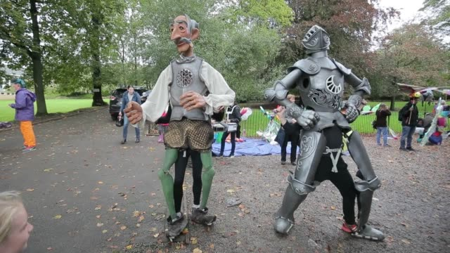 hundreds of puppeteers take part in the puppet parade, one of the highlights of the skipton puppet festival in yorkshire. drawing in an estimated... - スキップトン点の映像素材/bロール
