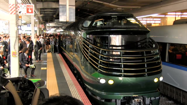 hundreds of railroad fans gathered at osaka station on the morning of june 17 japan, to see off west japan railway co.'s luxury sleeper train, the... - 大阪駅点の映像素材/bロール