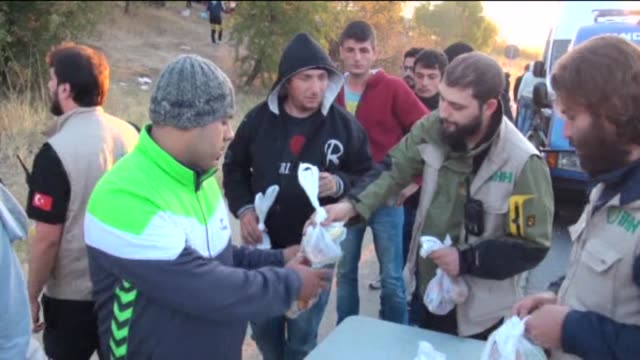 vídeos de stock, filmes e b-roll de hundreds of refugees wait near the motorway after turkish gendarmerie forces stop them as they walk from istanbul to edirne on tem motorway in turkey... - micrografia