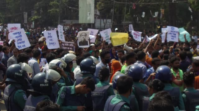 vídeos de stock, filmes e b-roll de hundreds of students and graduates stage demonstrations demanding the existing quota system in government services to be reformed at shahbag area in... - civil