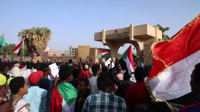 """hundreds of sudanese gathered on saturday in capital khartoum to protest egypt's president for """"interfering"""" sudan's internal affairs the protesters... - スーダン点の映像素材/bロール"""