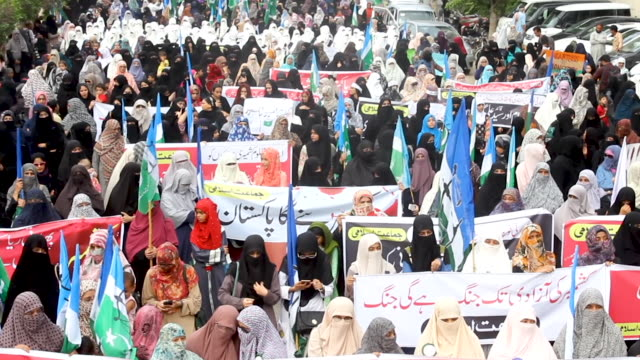 hundreds of supporters of a religious political party took part in a rally in karachi - pakistan stock-videos und b-roll-filmmaterial